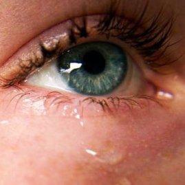 Если у девушки слезятся глаза